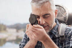 Οδοιπόρος που χρησιμοποιεί μια πυξίδα στοκ εικόνα με δικαίωμα ελεύθερης χρήσης
