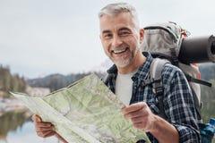Οδοιπόρος που ψάχνει τις κατευθύνσεις σε έναν χάρτη στοκ φωτογραφία με δικαίωμα ελεύθερης χρήσης