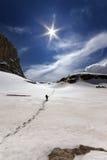 Οδοιπόρος στα χιονώδη βουνά Στοκ Εικόνα