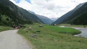 Οδοιπόρος στην κοιλάδα Krimml Achental στους καταρράκτες Krimml στο έδαφος Salzburger australites φιλμ μικρού μήκους