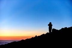 Οδοιπόρος στην κορυφή του βουνού Στοκ φωτογραφία με δικαίωμα ελεύθερης χρήσης