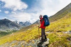 Οδοιπόρος στις ορεινές περιοχές των βουνών Altai Στοκ Φωτογραφίες