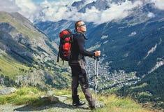 Οδοιπόρος στο ίχνος στα βουνά Στοκ εικόνα με δικαίωμα ελεύθερης χρήσης