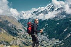 Οδοιπόρος στο ίχνος στα βουνά Στοκ Εικόνες