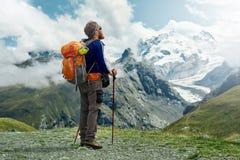 Οδοιπόρος στο ίχνος στα βουνά Στοκ Φωτογραφίες