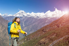 Οδοιπόρος στο κίτρινο τσάι κατανάλωσης σακακιών να λάμψει ήλιων βουνών Στοκ φωτογραφία με δικαίωμα ελεύθερης χρήσης