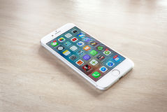 Ολοκαίνουργιο iPhone 7 ασήμι με την εγχώρια οθόνη στοκ εικόνα με δικαίωμα ελεύθερης χρήσης