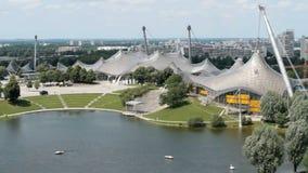 Ο ολυμπιακός χώρος και κολυμπά το στάδιο στο Μόναχο φιλμ μικρού μήκους
