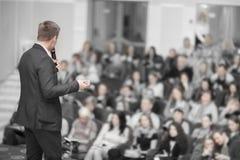 Ο ομιλητής διευθύνει την επιχειρησιακή διάσκεψη για τους δημοσιογράφους και τους επιδιώκοντας επιχειρηματίες στοκ φωτογραφία