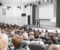 Ο ομιλητής διευθύνει την επιχειρησιακή διάσκεψη για τους δημοσιογράφους και τους επιχειρηματίες αρχαρίων στοκ φωτογραφία με δικαίωμα ελεύθερης χρήσης