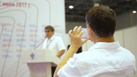 Ο ομιλητής λέει την ομιλία στη διάσκεψη Έννοια κατάρτισης γραφείων συνεδρίασης των διασκέψεων σεμιναρίου επιχειρηματιών ομιλητής απόθεμα βίντεο