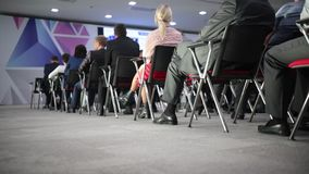 Ο ομιλητής λέει την ομιλία στη διάσκεψη φιλμ μικρού μήκους