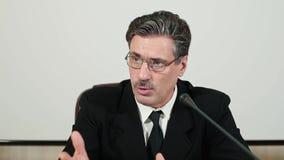 Ο ομιλητής στη συνέντευξη τύπου επιλέγει την ερώτηση από τους δημοσιογράφους και τις απαντήσεις, μπροστινή άποψη απόθεμα βίντεο