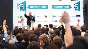 Ο ομιλητής δίνει μια διάλεξη στους θεατές και στους ακροατές απόθεμα βίντεο