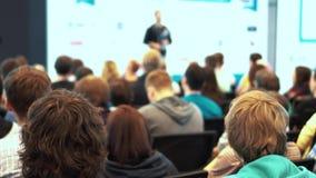 Ο ομιλητής δίνει μια διάλεξη στους θεατές και στους ακροατές φιλμ μικρού μήκους