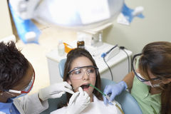 Οδοντίατροι που εξετάζουν τα δόντια του ασθενή στην οδοντική κλινική στοκ φωτογραφία με δικαίωμα ελεύθερης χρήσης