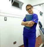 Οδοντίατρος ή οδοντικός βοηθός Στοκ φωτογραφία με δικαίωμα ελεύθερης χρήσης