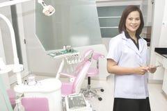 Οδοντίατρος γυναικών στο οδοντικό δωμάτιο κλινικών Στοκ Εικόνες