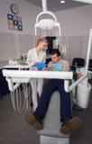 Οδοντίατρος και άτομο Famele στο γραφείο οδοντιάτρων Οδοντίατρος και ασθενής Στοκ Φωτογραφίες