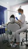 Οδοντίατρος και άτομο Famele στο γραφείο οδοντιάτρων Οδοντίατρος και ασθενής Στοκ εικόνες με δικαίωμα ελεύθερης χρήσης