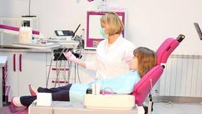 Οδοντίατρος και ασθενής μικρών κοριτσιών φιλμ μικρού μήκους