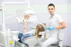 Οδοντίατρος και ασθενής Στοκ φωτογραφία με δικαίωμα ελεύθερης χρήσης