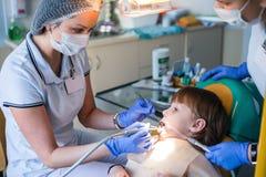 Οδοντίατρος και νοσοκόμα που θεραπεύουν childe τα δόντια Στοκ φωτογραφία με δικαίωμα ελεύθερης χρήσης
