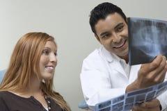 Οδοντίατρος και υπομονετική εξετάζοντας ακτίνα X Στοκ φωτογραφία με δικαίωμα ελεύθερης χρήσης