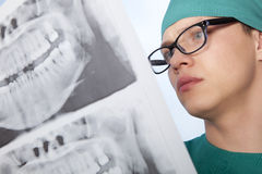 Οδοντίατρος με την ακτίνα X σαγονιών Στοκ εικόνα με δικαίωμα ελεύθερης χρήσης