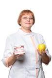Οδοντίατρος με την οδοντοστοιχία για την επίδειξη και το μήλο Στοκ φωτογραφία με δικαίωμα ελεύθερης χρήσης