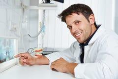 Οδοντίατρος με την των ακτίνων X εικόνα στην οδοντική πρακτική στοκ εικόνες