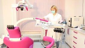 Οδοντίατρος με τον εξοπλισμό απόθεμα βίντεο