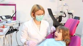 Οδοντίατρος με borer και το μικρό κορίτσι φιλμ μικρού μήκους