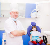 Οδοντίατρος πορτρέτου με τον ασθενή στο υπόβαθρο η εξέταση ήρθε Στοκ φωτογραφία με δικαίωμα ελεύθερης χρήσης