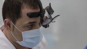 Οδοντίατρος που μιλά με υπομονετικό και που παρουσιάζει ένα πρότυπο των δοντιών φιλμ μικρού μήκους