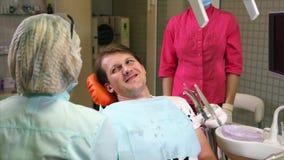 Οδοντίατρος που μιλά στον ασθενή πρίν ελέγχει απόθεμα βίντεο