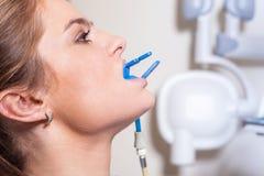 Οδοντίατρος που πραγματοποιεί μια λεπτομερή εξέταση. Θηλυκός ασθενής. Στοκ Φωτογραφία