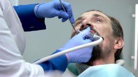 Οδοντίατρος στην εργασία απόθεμα βίντεο