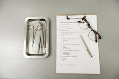 Οδοντικά εργαλεία στο λειτουργώντας πίνακα Στοκ Φωτογραφίες