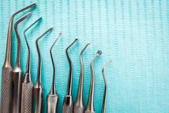 Οδοντικά όργανα στην μπλε πετσέτα Τοπ άποψη με το διάστημα αντιγράφων για το κείμενο Στοκ φωτογραφία με δικαίωμα ελεύθερης χρήσης