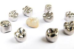 Οδοντικές κορώνες κεραμικών, χρυσών και δοντιών μετάλλων στο άσπρο υπόβαθρο Στοκ Φωτογραφίες