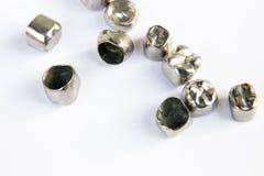 Οδοντικές κορώνες δοντιών μετάλλων στο άσπρο υπόβαθρο Στοκ Φωτογραφίες