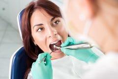 Οδοντική επεξεργασία με το οδοντικό τρυπάνι στοκ εικόνες