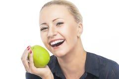 Οδοντική υγεία: Πορτρέτο του όμορφου και ευτυχούς ξανθού θηλυκού δαγκώματος Στοκ Εικόνες