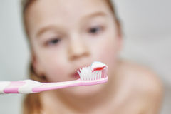 οδοντική υγιεινή Κλείστε επάνω του μικρού κοριτσιού που βουρτσίζει τα δόντια της Στοκ Εικόνα