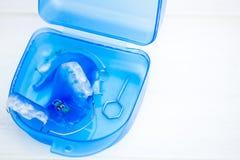 Οδοντικοί μπλε μετακινούμενοι στηρίγματα ή υπηρέτες για τα δόντια στο κιβώτιο Στοκ Φωτογραφία