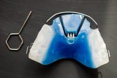 Οδοντικοί μπλε μετακινούμενοι στηρίγματα ή υπηρέτες για τα δόντια Στοκ εικόνες με δικαίωμα ελεύθερης χρήσης