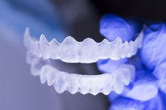 Οδοντικό orthodontics που κατέχει το χέρι οδοντιάτρων στοκ φωτογραφίες
