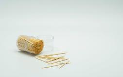 Οδοντογλυφίδες σε ένα σαφές πλαστικό μπουκάλι Και μερικοί αφόρησαν το πάτωμα, ράπισμα οδοντογλυφιδών Στοκ φωτογραφία με δικαίωμα ελεύθερης χρήσης
