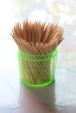 Οδοντογλυφίδες στο διαφανή πλαστικό κύλινδρο Στοκ φωτογραφία με δικαίωμα ελεύθερης χρήσης